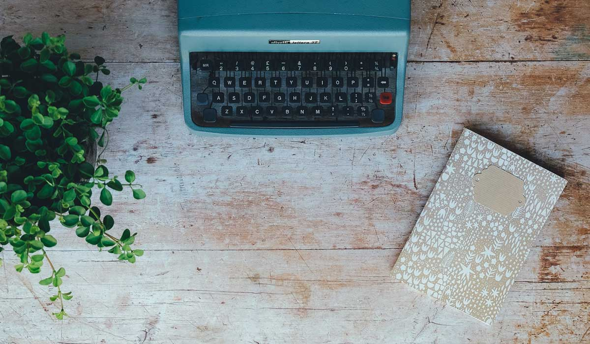 imagen oficina sostenible con planta y mecanografiadora