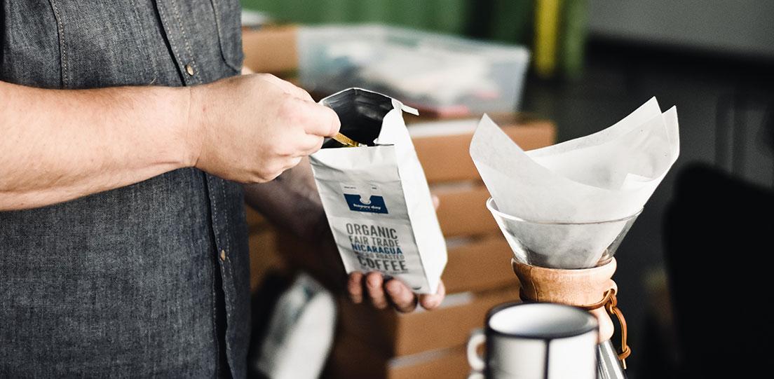 imagen hombre poniendo cafe comercio justo en cafetera