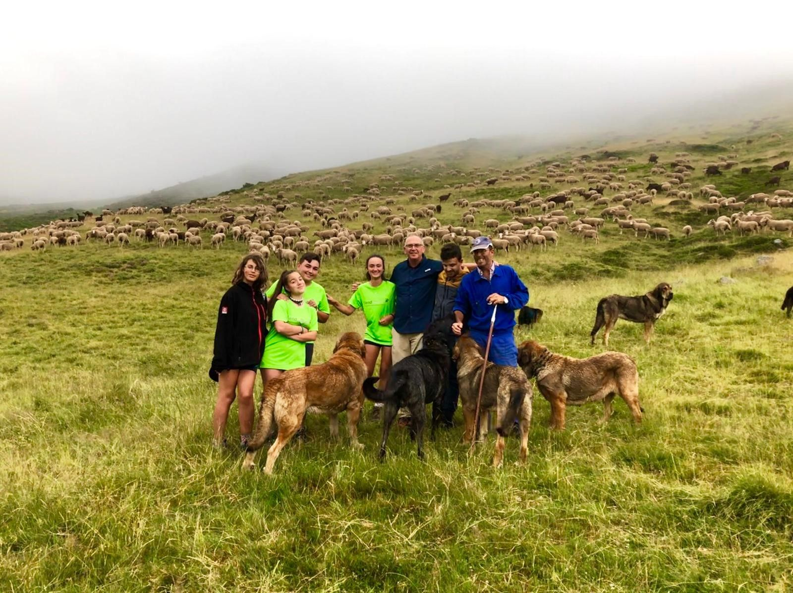Diez jóvenes supervivientes del cáncer realizan la «Aventura trashumante entre lobos y mastines»