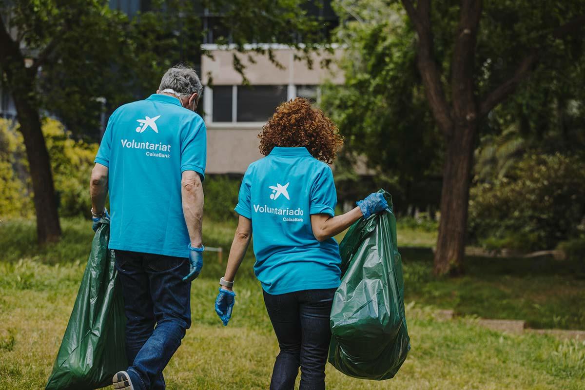 Voluntarios de CaixaBank en Catalunya recogen más de  1.600 kilos de residuos en diversas zonas naturales